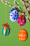Huevos pascuales en el ramo del sauce, verde excesivo vertical Fotografía de archivo libre de regalías