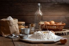 Huevos, pasta y harina en la tabla de madera con el fondo del splat foto de archivo libre de regalías