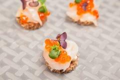 Huevos, pescados, y canapes de color salmón de las hierbas Imágenes de archivo libres de regalías