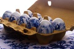 Huevos pintados blanco en una caja Foto de archivo libre de regalías