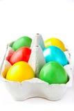 Huevos pintados coloreados en una cesta Foto de archivo libre de regalías