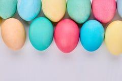 Huevos pintados en la superficie blanca Fotos de archivo