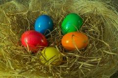 Huevos pintados para la celebración del gran banquete de Pascua imagen de archivo libre de regalías