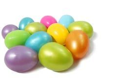 Huevos plásticos coloreados Imagenes de archivo
