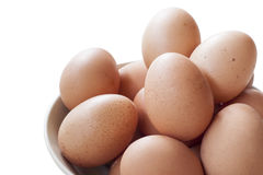 Huevos que cocinan para el desayuno, una yema de huevo de la forma de la proteína y el albumen en un fondo blanco, o en una tabla imagen de archivo libre de regalías