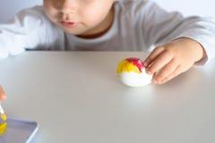 Huevos que colorean por el tiempo de pascua en casa foto de archivo libre de regalías