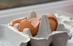 Huevos quebrados en la cesta Foto de archivo