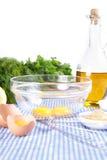 Huevos quebrados en tazón de fuente con aceite de oliva Imagen de archivo libre de regalías