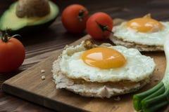 Huevos-rancheros Tostadas mit Avocadosalsa lizenzfreie stockbilder
