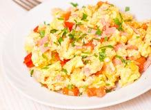 Huevos revueltos con el jamón y las verduras Imágenes de archivo libres de regalías