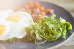 Huevos revueltos con la ensalada imagen de archivo