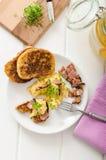 Huevos revueltos con la tostada francesa rematada con los huevos revueltos del berro con el berro, tostada francesa Imágenes de archivo libres de regalías