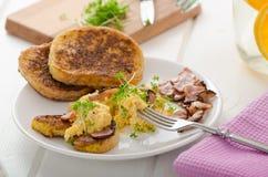 Huevos revueltos con la tostada francesa rematada con los huevos revueltos del berro con el berro, tostada francesa Fotos de archivo libres de regalías