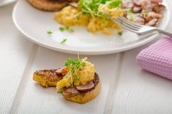 Huevos revueltos con la tostada francesa rematada con los huevos revueltos del berro con el berro, tostada francesa Foto de archivo libre de regalías