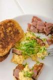 Huevos revueltos con la tostada francesa rematada con los huevos revueltos del berro con el berro, tostada francesa Imagenes de archivo