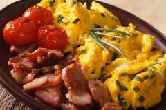 Huevos revueltos con las cebollas verdes, el tocino y el primer de los tomates H Fotografía de archivo libre de regalías