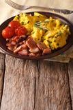 Huevos revueltos con las cebollas verdes, el tocino y el primer de los tomates V Imagen de archivo libre de regalías