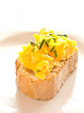 Huevos revueltos en una placa Baquette. Foto de archivo