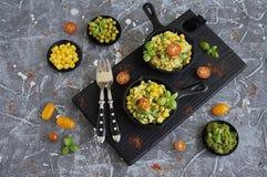 Huevos revueltos con las habas verdes, el maíz, los guisantes verdes y la albahaca fresca Imagen de archivo libre de regalías