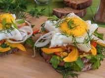 Huevos revueltos con las verduras en el pan Fotos de archivo