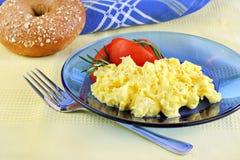 Huevos revueltos con los tomates Fotos de archivo