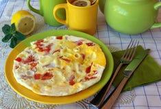 Huevos revueltos con los tomates y el queso fotografía de archivo