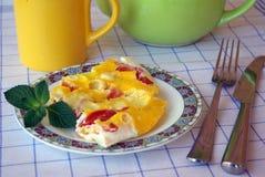 Huevos revueltos con los tomates y el queso imagen de archivo libre de regalías