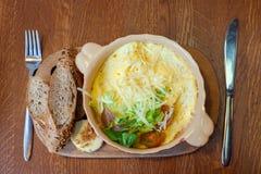 Huevos revueltos con queso y pan del grano Imagen de archivo libre de regalías