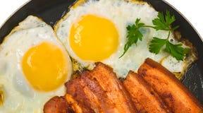 Huevos revueltos con tocino Imagenes de archivo