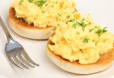 Huevos revueltos en el mollete inglés Imagen de archivo libre de regalías