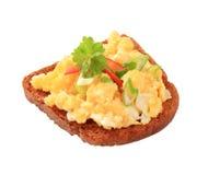 Huevos revueltos en el pan frito y Fotografía de archivo libre de regalías