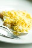 Huevos revueltos en tostada Imagen de archivo libre de regalías