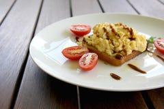 Huevos revueltos en tostada Fotografía de archivo