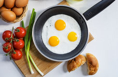 Huevos revueltos en una cacerola Fotos de archivo libres de regalías