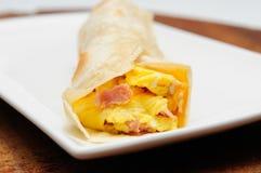Huevos revueltos, queso y jamón en una tortilla fotografía de archivo