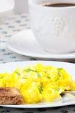 Huevos revueltos, taza de café y tostada Fotografía de archivo libre de regalías