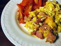 Huevos revueltos y tomates Foto de archivo libre de regalías