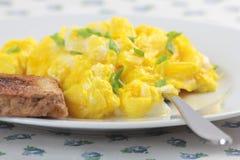 Huevos revueltos y tostada Imagen de archivo
