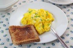 Huevos revueltos y tostada Foto de archivo libre de regalías