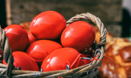 Huevos rojos de Pascua en una cesta Fotografía de archivo