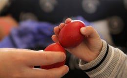 Huevos rojos que se agrietan Fotos de archivo