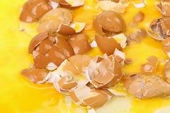 Huevos rotos del pollo Foto de archivo