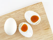 Huevos salados en una tabla de cortar de madera Imágenes de archivo libres de regalías