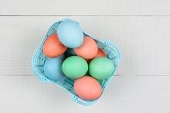 Huevos teñidos en cesta plástica Fotos de archivo libres de regalías