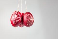 Huevos tradicionales hechos a mano del este que cuelgan en cuerda Imagenes de archivo