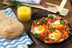 Huevos une La Flamenca ou oeufs de flamenco Oeufs pochés en sauce tomate Image libre de droits