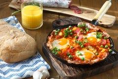 Huevos une La Flamenca ou oeufs de flamenco Oeufs pochés en sauce tomate Images libres de droits