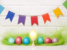 Huevos y banderas de Pascua decoración para el día de fiesta de Pascua con las banderas fáciles de DIY Pascua Foco selectivo del  Fotos de archivo libres de regalías