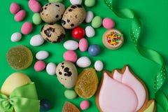 Huevos y caramelo de codornices de Pascua en fondo verde Visión superior aérea vertical Fotos de archivo libres de regalías