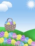 Huevos y cesta amarillos y azules de Pascua púrpuras rosados con las colinas de la hierba verde Imagen de archivo